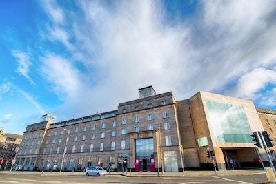 Fasaden på hotellet, blå himmel, Leonardo Royal Edinburgh Haymarket, Edinburgh, Storbrittanien