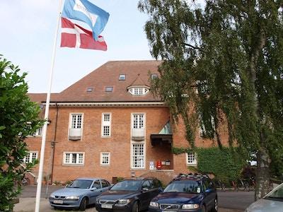Huvudbyggnaden, vår, danska flaggan, Helsingør Danhostel, Danmark