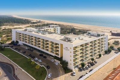 4-stjärniga Hotel Dunamark, precis vid stranden en solig dag, Atlanten, Monte Gordo, Portugal