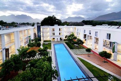 Hotellets innegård med grönområde och utomhuspool, The Stellenbosch Academy of Sport, Stellenbosch, Sydafrika