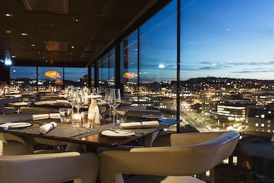 Sky bar vid skymning, fantastisk utsikt över Göteborg och hamnen, Hotel Riverton, Göteborg, Sverige