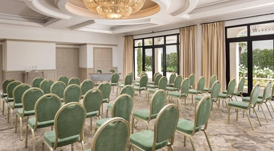 Ljust fräscht konferensrum, teatersittning, stora fönster ut mot trädgård med palmer, buskar och blommor, The Westin La Quinta Golf Resort & Spa, Marbella, Spain