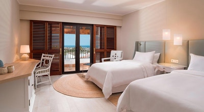Ljust och fräscht dubbelrum med balkong, utsikt över poolen och havet, The Westin La Quinta Golf Resort & Spa, Marbella, Spanien