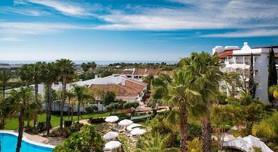 Vy över hotellets trädgård, poolområde, palmer, solstolar, Medelhavet i bakgrunden, The Westin La Quinta Golf Resort & Spa, Marbella, Spain