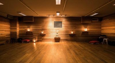 Yoga rum med träpanel på väggarna, parkettgolf och buddastaty, dämpad belysning och lyktorTorekov Hotell, Båstad, Sverige
