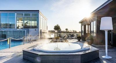 Varm utomhus massagepool bredvid utomhuspoolen, en solig morgon, Torekov Hotell, Båstad, Sverige