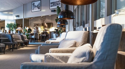 Inomhuslouge med modern design, bekväma fåtöljer och mycket ljusinsläpp, Torekov Hotell, Båstad, Sverige