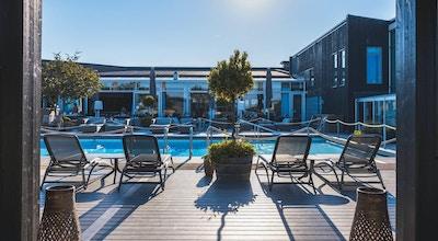 Utomhuspoolen på hotellets innergård med loungeområde och solstolar, Torekov Hotell, Båstad, Sverige