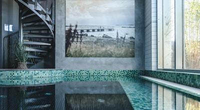 Inomhuspool, spaavdelning, stora fönster mot utomhuspoolen, Torekov Hotell, Båstad, Sverige