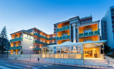 Upplyst hotellbyggnad i kvällsljuset, Sant Jordi Boutique Hotel, Calella, Spanien
