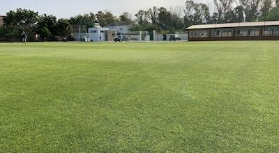 11-manna gräsplan med high performance gym i den bruna byggnaden till höger, Atalaya Football Pitches, Marbella, Spanien