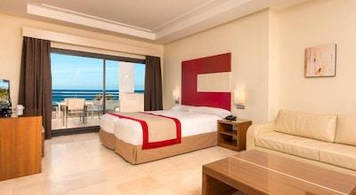 Ljust rum med balkong och havsutsikt, Estepona Hotel & Spa Resort, Estepona, Spanien