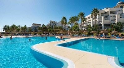 Poolmråde med palmer, blå himmel, Estepona Hotel & Spa Resort, Estepona, Spanien