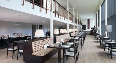 Fräsch modern restaurang i två våningar med stora fönster, Hotel Encinar de Sotogrande, Estepona, Spanien