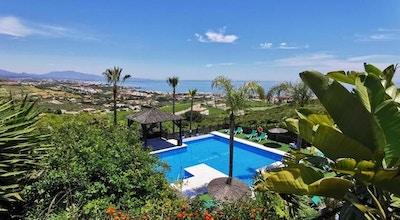 Hotelpoolen med palmer och gröna omgivningar, fin utsikt över Marbella och havet, Manilva Green, Marbella, Spanien