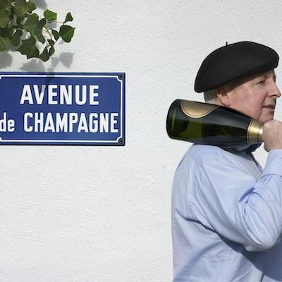 """I hjärtat av Champagne-regionen ligger Epernay med dess Avenue of Champagne. En aveny som innehåller 9 berömda Champagne-hus, varav den största har 17 mil underjordiska grottor och lagring av 100 miljoner flaskor. Epernay är verkligen """"Champagne-huvudstaden"""""""