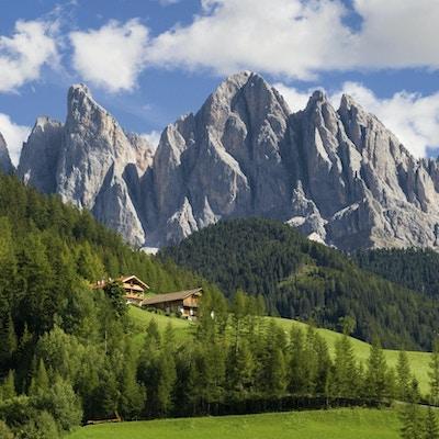 Toppar av Odle-gruppen i södra Tirol, Italien.