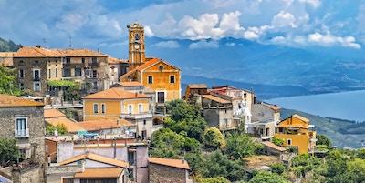 Pittoreskt skott av den historiska byn Pollica på Cilento nationalreserv i Italien. Bakgrunden visar kusten i Medelhavet.