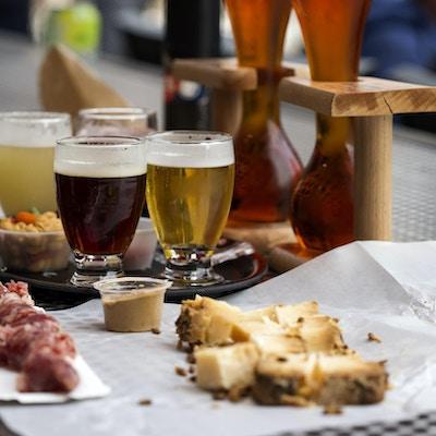 Olika typer av öl som kokosnöts- och körsbärsöl och ost med korv i restaurangen.