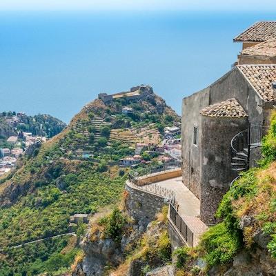 Panoramautsikt i Castelmola, en forntida medeltida by belägen ovanför Taormina, på toppen av berget Mola. Sicilien, Italien.