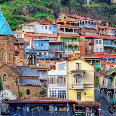 Färgrika traditionella hus med träsnidade balkonger i den gamla staden av Tbilisi, Georgia