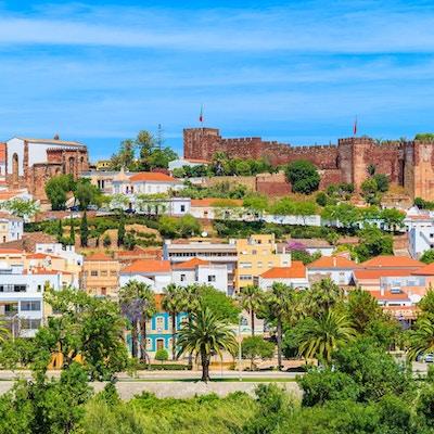 En sikt av Silves stadbyggnader med den berömda slotten och domkyrkan, Algarve region, Portugal