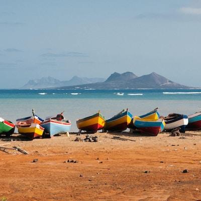 Fiskebåtar vilar på Mindelo stranden.