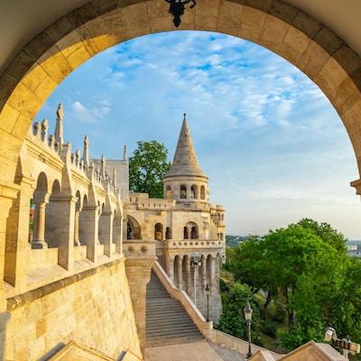 Tower of Fisherman's Bastion i den Budapest staden, Ungern.