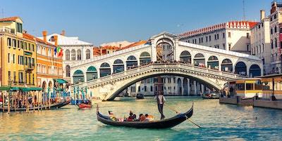 Gondol med passagerare i Venedig.