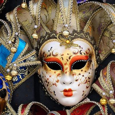 Klassiska och eleganta venetianska masker som visas utanför butiken.