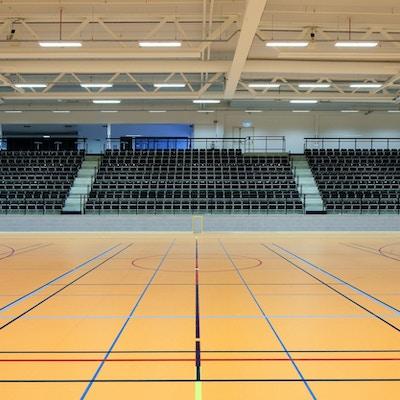 Två idrottshallar med skiljevägg och läktare, Prioritet Serneke Arena