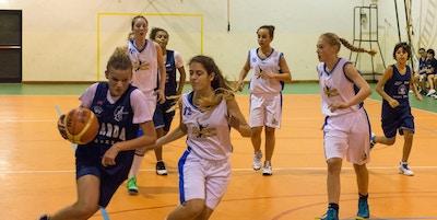 Träningsmatch i basket mellan svenskt och italienskt lag, Garda, Italien