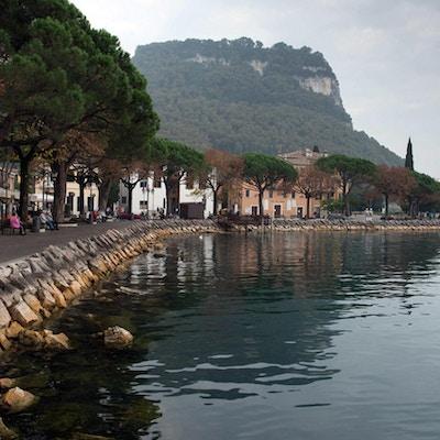 Strandpromenad vid Gardasjön, Garda, Italien