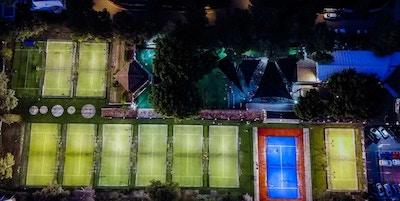 Drygt 10 utomhus padelbanor från ovan, strålkastare, Marbella, Spanien