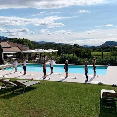 Pilates, utomomhuspool, blå himmel, berg, Relais Rossar, Garda, Italien
