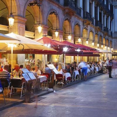 Kväll på Placa Reial på sommaren. Barcelona