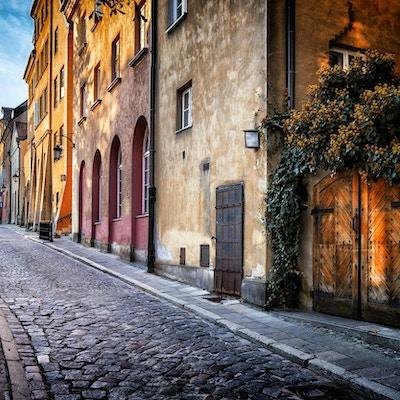 Höstsikt av björkgatan på morgonen i Warszawas gamla stad, Polen
