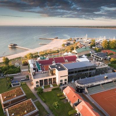 Flygfoto över Hotel Skansen, Båstad Tennisstadion, stranden och Kallbadhuset, Hotel Skansen, Båstad, Sverige