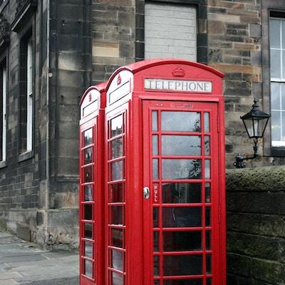 Röd telefonstuga i Edinburgh