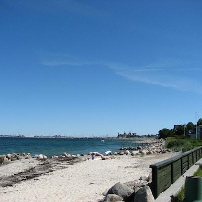 Solig sommardag, sandstrand, utsikt mot Kronborg Slott, Helsingør, Danmark