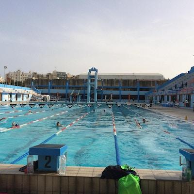 Utomhus 50-meters pool, hopptorn, solig dag, simträning, Malta