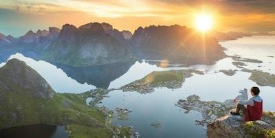Besökare kan njuta av utsikten över Lofoten i Norge vid solnedgången.