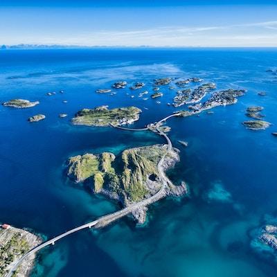 Henningsvær, fiskehamn på Lofoten, naturskön flygfoto