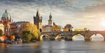 Panoramautsikt över floden Vltava och Charles Bridge i Prag, huvudstad i Tjeckien