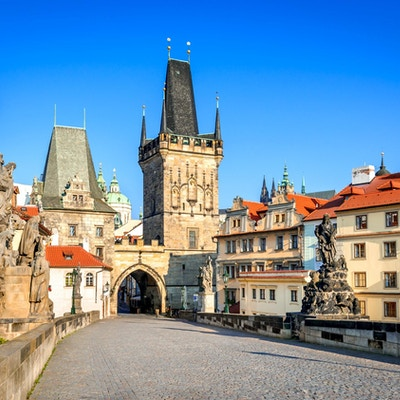 Prag, Tjeckien. Charles Bridge med sin statyett, Lesser Town Bridge Tower och Judith Bridge.