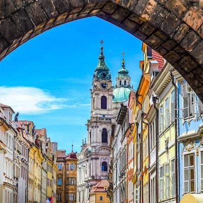 Sikt av den färgrika gamla staden i Prag som tas från Charles bridge, Tjeckien