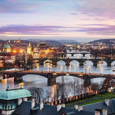 Panoramautsikt över broar på den Vltava floden i Prag på natten