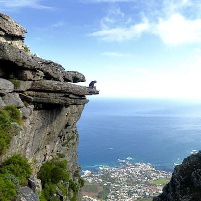 Vandring i bergen en solig dag med härlig utsikt över Kapstaden och Atlanten