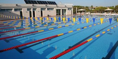 Pool med färgglada flaggor och banavdelningar