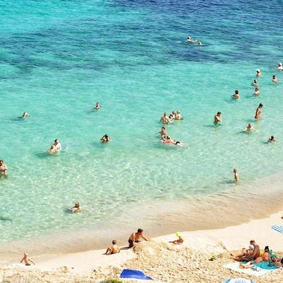 Vacker sandstrand med kristallklart vatten, solig dag, Colonia Sant Jordi, Mallorca, Spanien